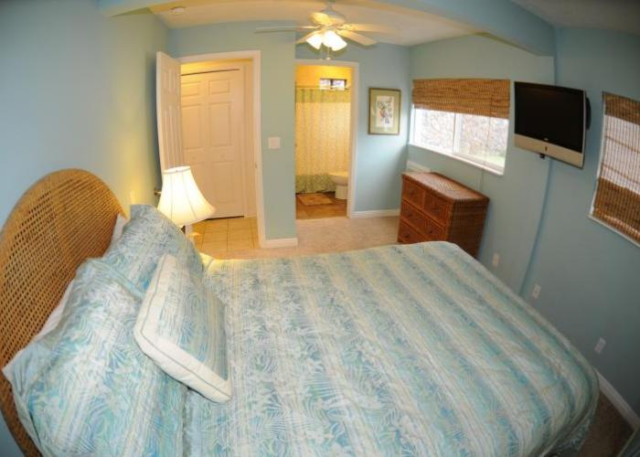 Lower queen bed with bath
