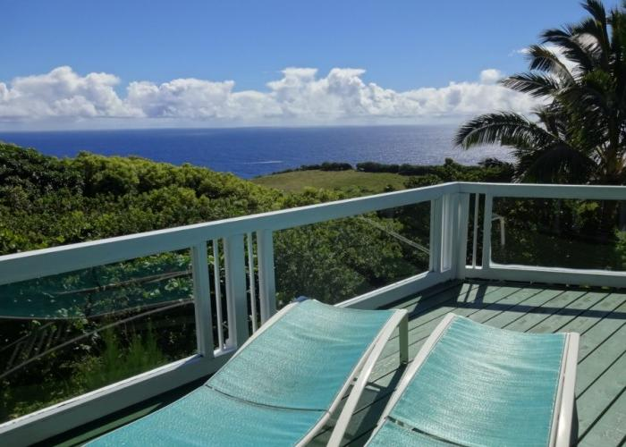 Chaise lounges on upper lanai