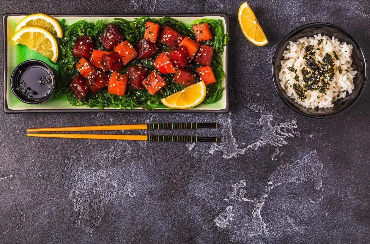 poke presentaton with seaweed and rice
